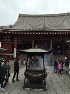 Pessoas buscando a fumaça dos incensos no Senso-ji