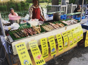 Espetinhos vendidos em banca de rua perto do Parque Ueno