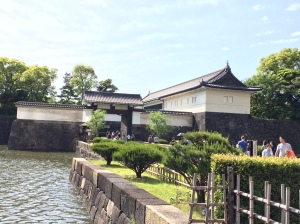 O portão Ote-mon e o fosso que circunda a área