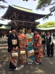 Convidadas de um casamento no templo Meiji-jingu
