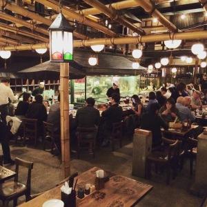 Restaurante Gonpachi em Roppongi, que inspirou uma famosa cena do filme Kill Bill: aqui a gorjeta também é desnecessária