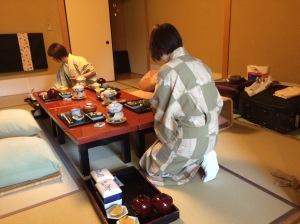 Nossas simpáticas servindo o café da manhã no ryokan