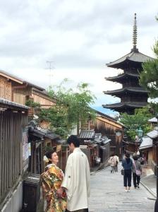 Cena de amor nas ruas de Higashiyama